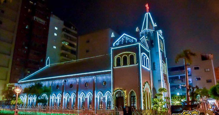 高雄聖誕景點鹽埕教會 夢幻星光燈聖誕樹 駁二特區週邊百年歷史教堂